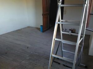 Le sol du 2e étage sans le ragréage ! Tout est parti à coup de marteau et autre... Place à la rénovation maintenant !