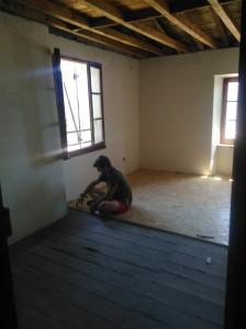 la mise en place du plancher du 2e étage...  un petit casse tête ! :)