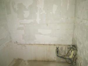 la salle de bain, vidée ! :) Manque plus qu'à rajouter la colonne de douche avec le bac, le lavabo avec des meubles...